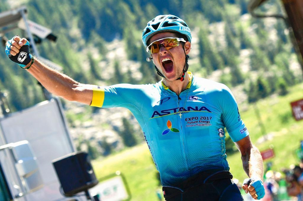 Jakob Fuglsang celebrando en meta su triunfo en el Dauphiné.