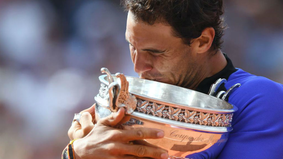 Rafa Nadal se abraza y besa la Copa de los Mosqueteros tras ganar...