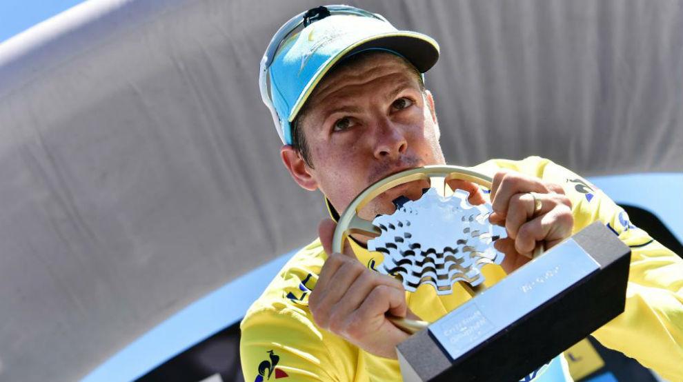 Jakob Fuglsang celebrando con el trofeo su victoria en el Dauphiné.