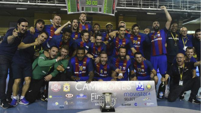 La plantilla del Barcelona, celebrando la consecución de la Copa del...