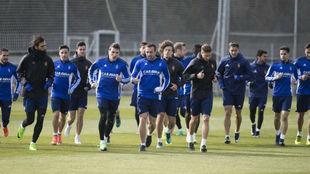 Los jugadores corren en un entrenamiento.