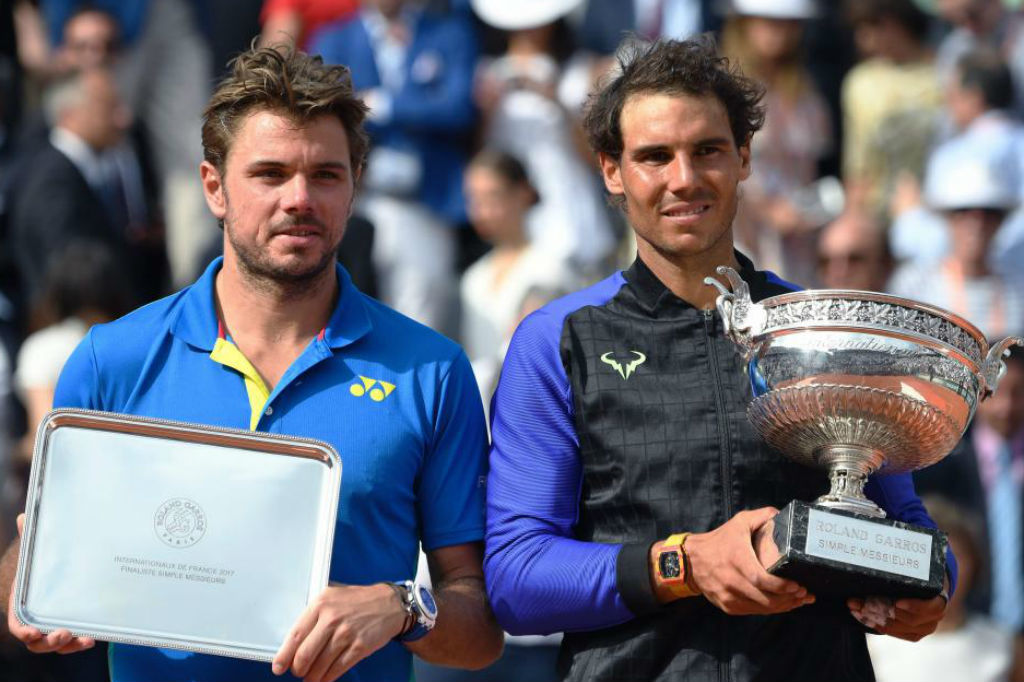 Wawrinka y Nada posan con sus respectivos trofeos de subcampeón y...