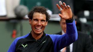 Rafa Nadal saluda al público tras ganar Roland Garros.
