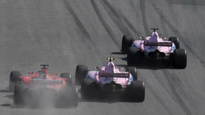 Vettel intenta pasar a a Ocón y Checo Pérez.