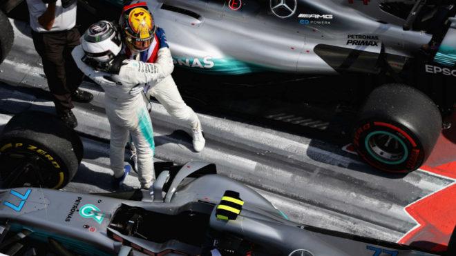 Hamilton y Bottas se abrazan.