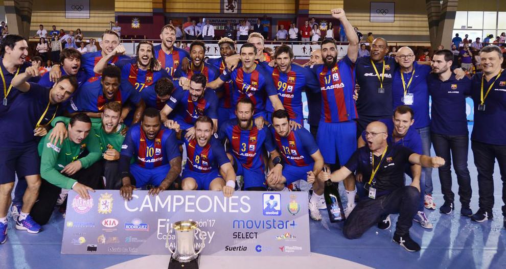 La plantilla del Barcelona celebra la Copa del Rey de León