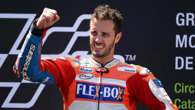 Dovizioso celebra su victoria en el podio de Montmeló.