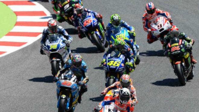 Viñales rueda en la cola del grupo con su Yamaha número 25.