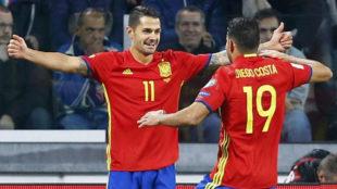 Vitolo y Diego Costa festejan un gol de la selecci�n.