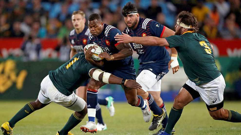 Los pilieres Tendai Mtawarira y Frans Malherbe intentan frenar al ala...