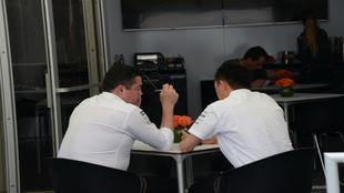 Boullier y Hasegawa, reunidos durante el pasado Gran Premio de...