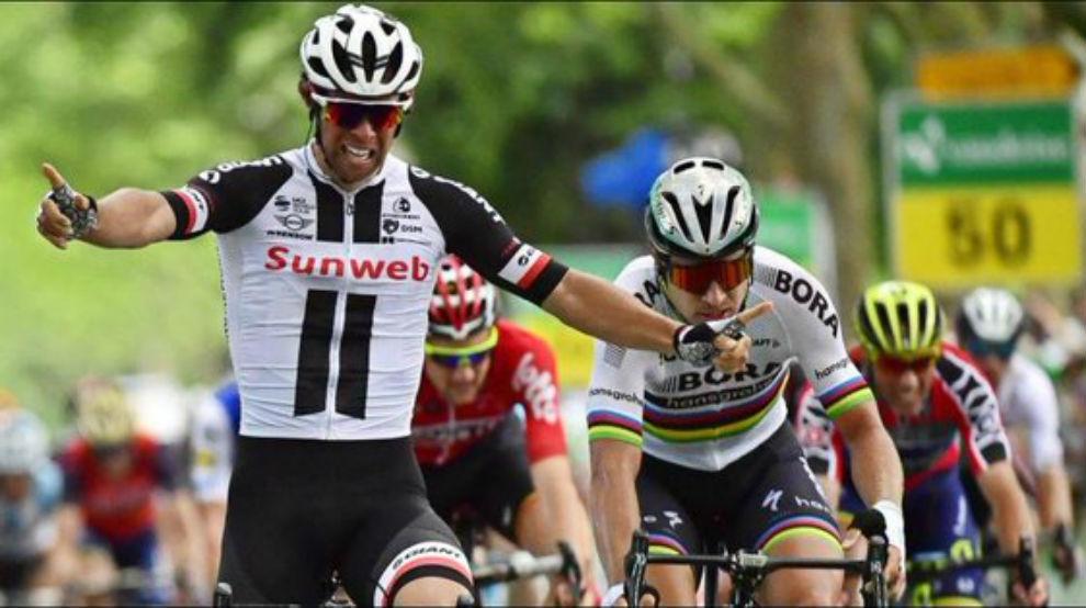 Michael Matthews celebrando su triunfo por delante de Peter Sagan.