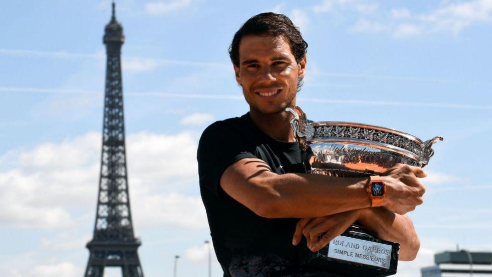 Rafa Nadal posando con su décimo Roland Garros