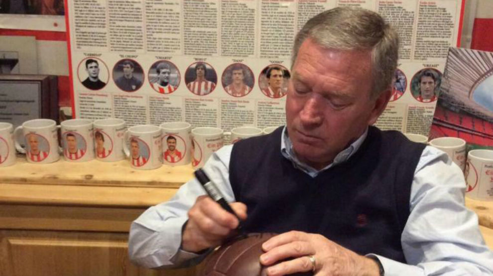 Javier Clemente firmando un autógrafo en un balón.