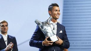 Cristiano Ronaldo recibiendo el galardón a Mejor Jugador de la UEFA