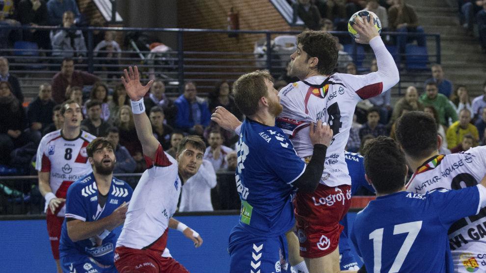 Víctor Vigo es defendido por Piñeiro durante un Naturhouse-Ademar...