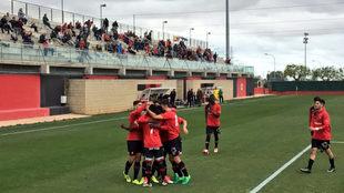 Los jugadores del Mallorca B celebran un gol ante el Atlético...