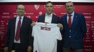 Berizzo posa con una camiseta del Sevilla junto a Castro y Arias.