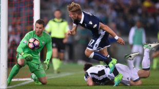 Neto observa el bal�n ante Ciro Inmobile en la final de Copa de...