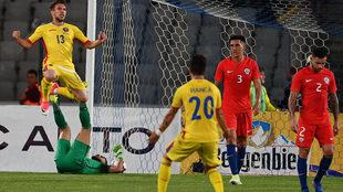 Baluta celebra su tercer gol, el del triunfo de Rumanía ante Chile.