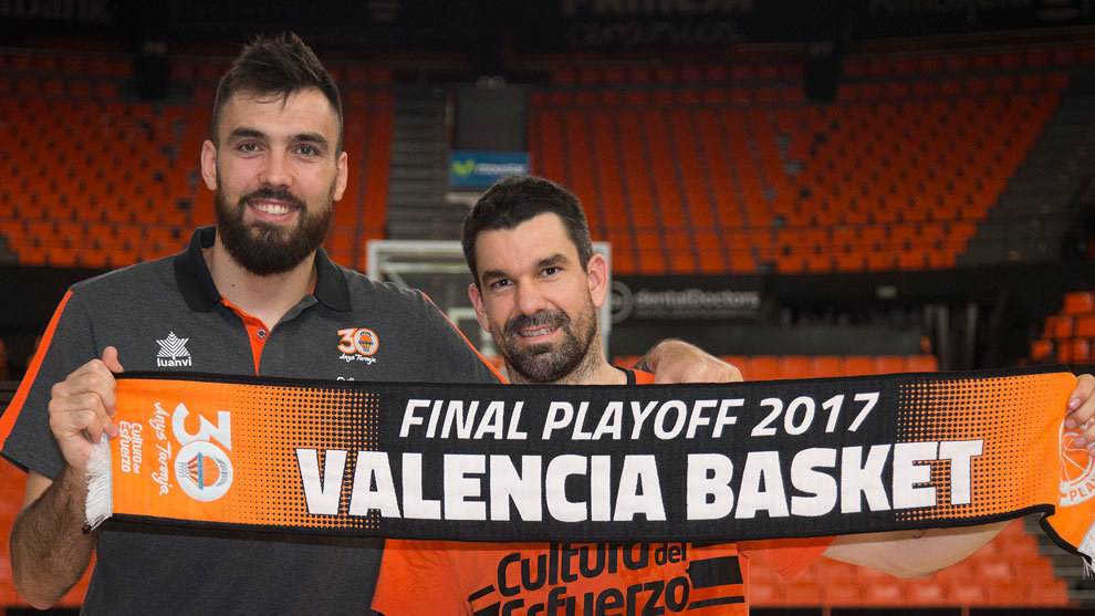 Oriola y Martínez posan con la bufanda del equipo