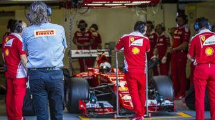 Un ingeniero de Pirelli observa a Vettel durante un test de...