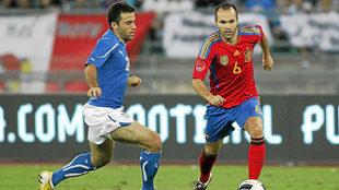 Rossi e Iniesta, en un amistoso Italia-España de 2011.