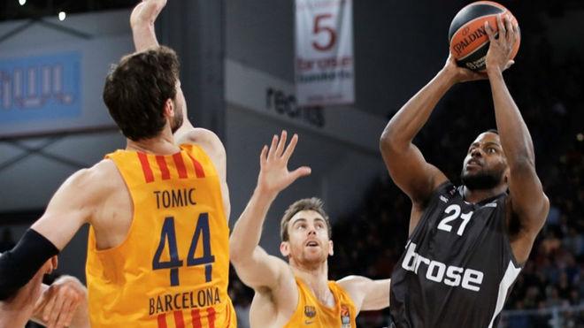 Darius Miller (Brose) trata de lanzar sobre Ante Tomic (Barcelona)