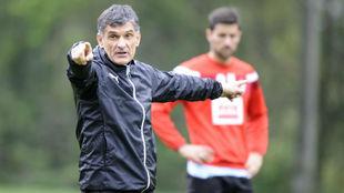 Mendilibar dirigiendo un entrenamiento con el Eibar.