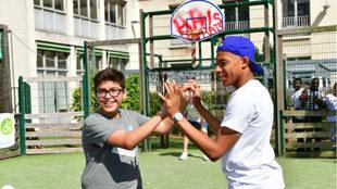 Mbappé, con un niño en un hospital del París este pasado...