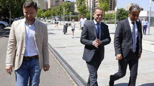 Lalo Arantegui y Christian Lapetra acompañan a Natxo González en su...