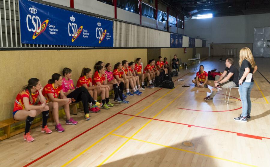 Las jugadoras de la Selección Española de balonmano durante una...