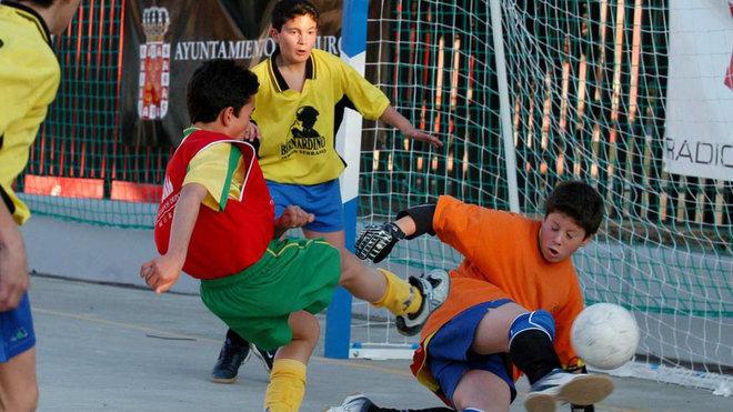 Partidos entre niños durante  un torneo infantil.