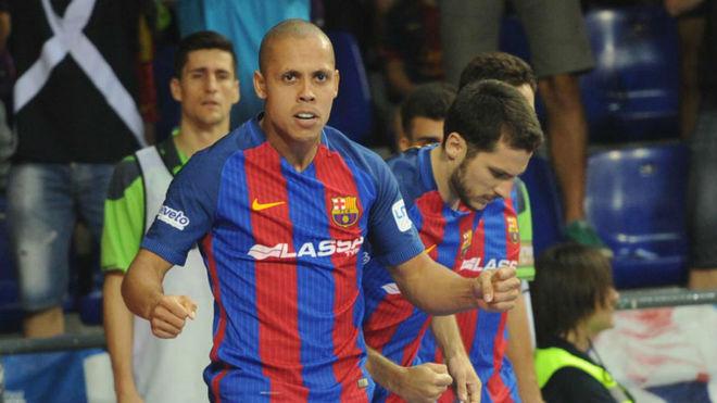 Ferrao y Dyego celebran uno de los goles del Barcelona Lassa.