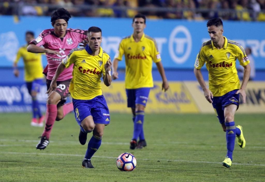 El Cádiz toma ventaja ante el Tenerife y el Huesca remonta para seguir soñando ante el Getafe