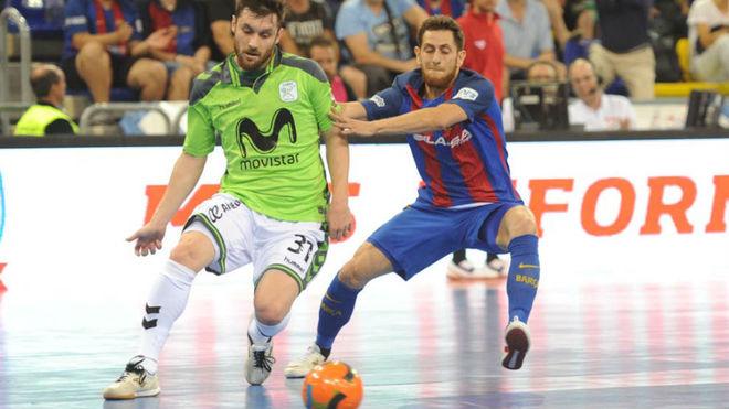Gadeia golpea el balón ante la oposición de Rafa López.