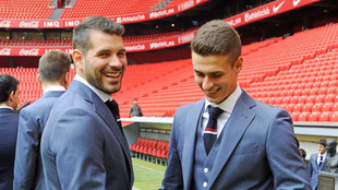 Iago Herrerín (29) bromea junto a su compañero Kepa (22) vestidos de...