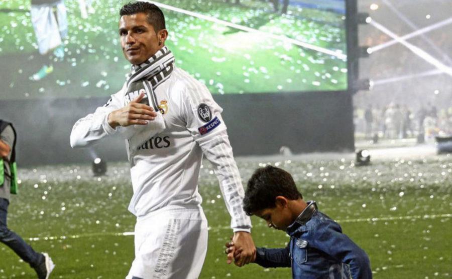 Cristiano Ronaldo de la mano de su hijo en la celebración de la...