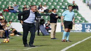 Paco Herrera dirigiendo un partido del Valladolid esta temporada