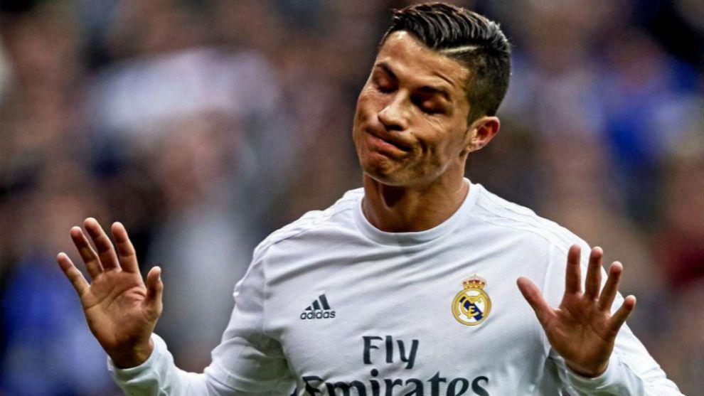 Cristiano Ronaldo, pidiendo disculpas en un partido con el Madrid