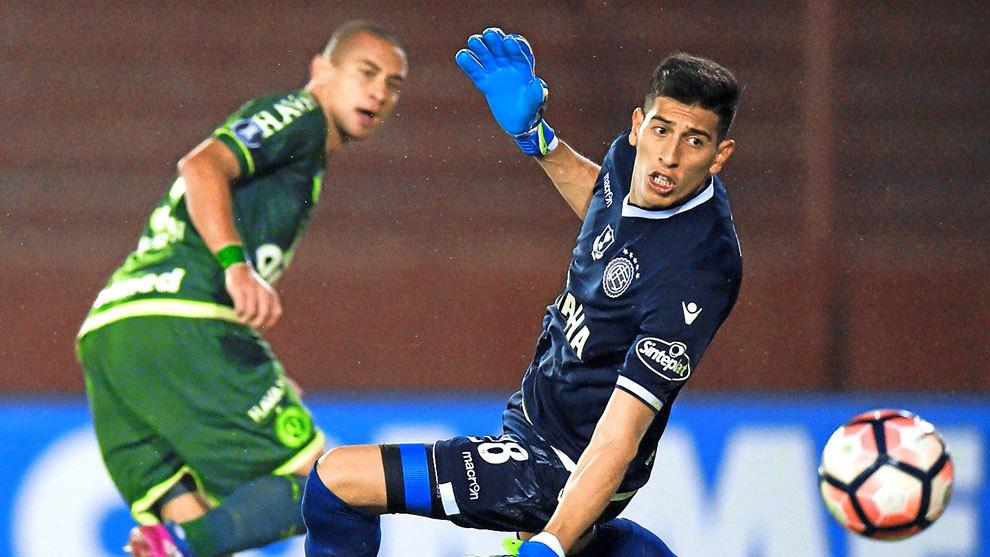 Fernando Monetti (28) recibe un tanto en la Copa Libertadores ante el...