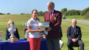 Ainhoa Olarra, con el trofeo de subcampeona.