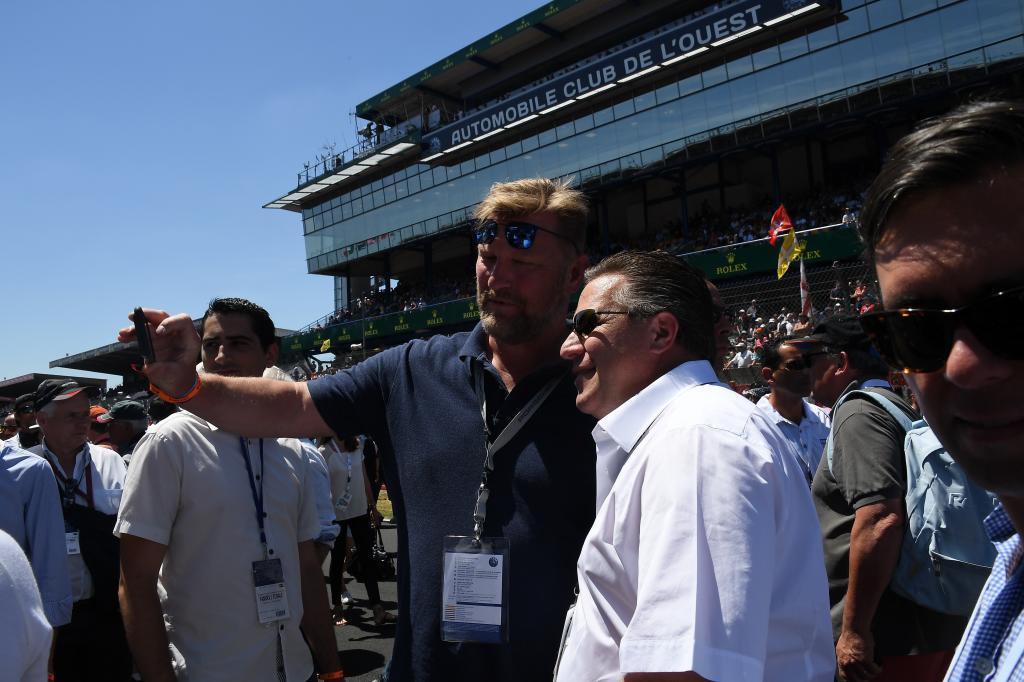 Zak Brown con un aficionado en la parrilla de Le Mans