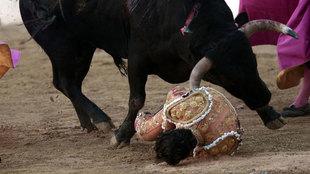 El toro coge por el costado a Fandiño tras un quite