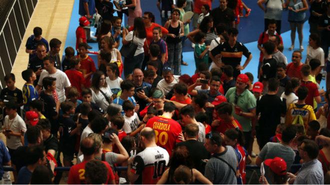 Gedeón Guardiola, rodeado de aficionados tras el España-Finlandia.