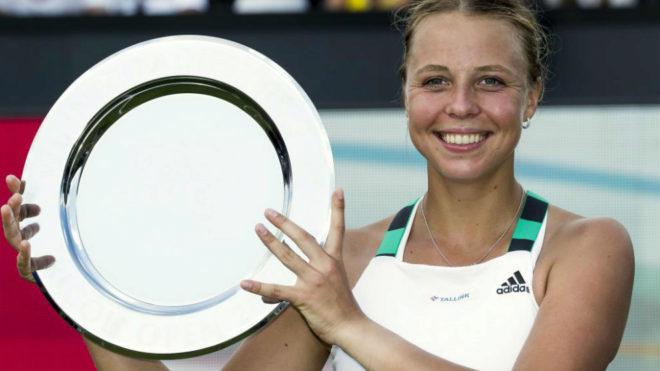 La estonia Anett Kontaveit muestra su trofeo.
