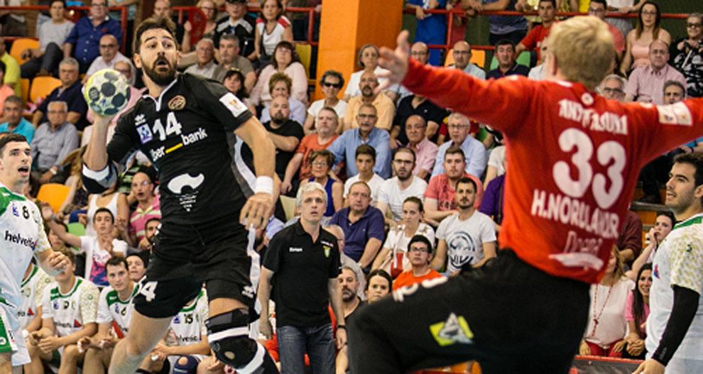 El jugador argentino Agustín Vidal lanza a portería ante Nordlander