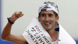 Javier Conde cruza la meta del Maratón de Sydney 2000