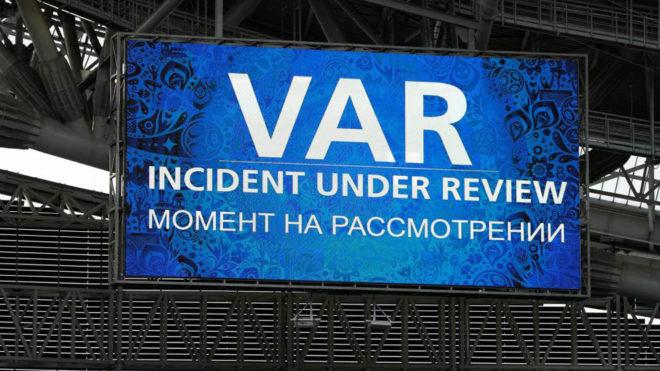 El marcador avisa del uso del VAR durante el Portugal-México.