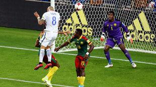 Vidal cabecea en la jugada del primer gol de Chile.